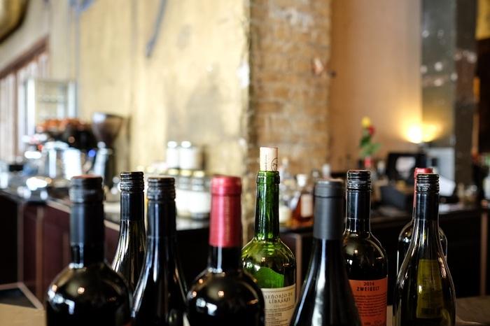 """1人や数人でワインを飲む場合、ボトル1本すべて飲みきれずに残してしまったり、グラス1杯だけ飲みたい、といったことはよくあることですよね。  ただし、""""開封後はその日の内に飲み干す""""と言われるように、開栓したワインは香りが抜け、酸化も進み、徐々に味わいが劣化してしまいます。  けれど、1週間程度であれば、冷蔵庫へ入れておけば、十分にワインを楽しめます。  ※ただし、熟成したワインにおいてはこの限りではありません。数日で味に変化が生じますので、その日の内になるべく飲みきり、飲み残したのなら、2、3日以内に頂きましょう。"""