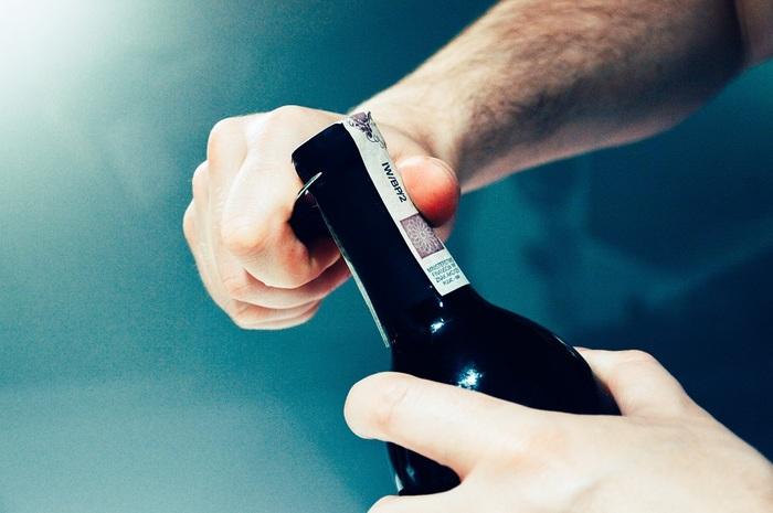 開封したワインを横にして保存するのはよくありません。横に寝かすと、ワインが空気に触れる面が大きくなり、酸化しやすくなってしまいます。かならずワインボトルは立てて冷蔵庫で保存しましょう。