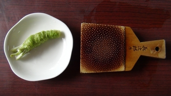 江戸期の蕎麦や寿司の発展がなければ、ワサビが現在のように普及することはなかったかもしれません。そして現在、和食の世界的ブームも相まって、ワサビ製品は世界のスーパーで目にするほど有名になりました。
