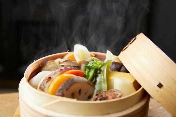 """有機野菜や銘柄肉を入れて""""蒸籠(せいろ)""""のままサーブするランチは、カフェや和食レストランの人気メニュー。家に""""蒸籠""""さえあれば、いつでも手軽に外食そのままの美味しい蒸し料理が味わえます。  以下では、""""蒸籠""""を使った蒸し料理の数々を紹介しますので、ぜひ参考にしてご自身の料理の幅を広げて下さい。 【画像は、表参道《ブラウンライス バイ ニールズヤード レメディーズ 》の「野菜のせいろ蒸し膳」】"""