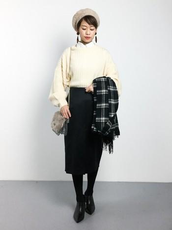 白トップスをスッキリと着こなしたい場合は、ボトムスをタイトにまとめるのがおススメです。タイトスカートを合わせると、大人っぽい印象に仕上がりますね。