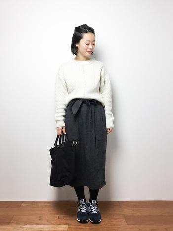 スタンダードな白ニットにタイトスカートを合わせた上品な着こなし。リボン付きのスカートならハイウエストでスタイルアップ効果も期待できます。