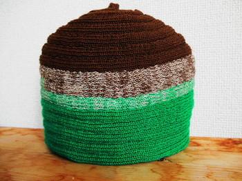 リネン糸で編まれたティーコージー。  ちょっと栗を思わせるカラーリングは、ほのぼの穏やかな雰囲気。