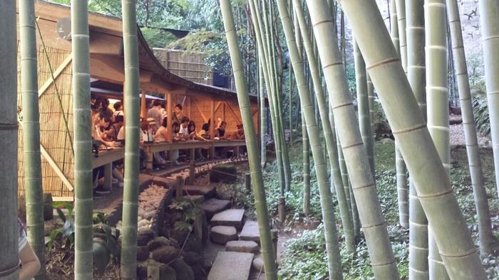 竹林を進むと、茶席「休耕庵」に。
