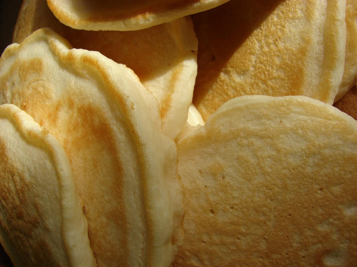 焼きたてにバターとシロップをたっぷりかけて頂くパンケーキもとってもおいしいですが、たくさん焼いた時はサンドイッチにしてみてください☆パンケーキの生地の材料はクレープと似ていますが、クレープよりもしっかりしたサンドイッチになりますよ♪