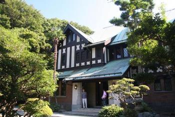 「旧華頂宮邸」は、昭和初期に建造された、銅板葺きの屋根が印象的な洋館です。館内見学は一年に一度ですが、庭園は月・火の休園日以外は無料で一般公開されています。
