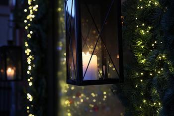 スウェーデンでは12月にはいると一段と日が短くなり、北部のほうでは太陽があがってこずに白夜の反対の極夜になる地域もあります。気温も毎日氷点下で非常に寒くて暗い日が続きますが外を歩いていると家々のクリスマスのキャンドルやライトの光りがとても美しいです。
