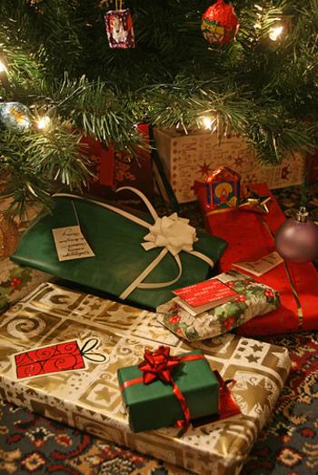 そして待ちに待ったプレゼント交換!各自が持ってきたプレゼントをクリスマスツリーの下に置いて順番に開けていきます。