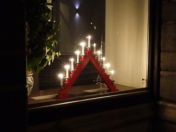 各家庭に1つは必ずといっていいほどあるクリスマスデコレーションのひとつ。キャンドルに見立てたライトで外から見えるように窓側に飾ります。窓際全てに飾る家庭も沢山あります。