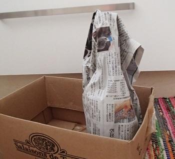 1.コルク栓の乾燥とワインの変質を防ぐために、コルク栓部分(キャップシール)をラップで巻いて輪ゴムで留めましょう。その上から新聞紙で幾重にも巻き、発泡スチロールやダンボールに入れて「瓶を裸にしない」で保管するのがコツです。