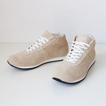 ベージュのスエードのスニーカーは、足元を軽やかに見せてくれます。淡いトーンでまとめたコーディネートにも合いますし、ダークカラーのファッションに合わせるのもおすすめです。