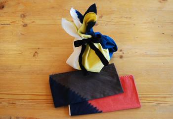 リボンをかけて贈り物を包んでも◎。風呂敷自体も長く親しんでもらえる贈り物のひとつになる、贈って喜ばれるラッピング術です。