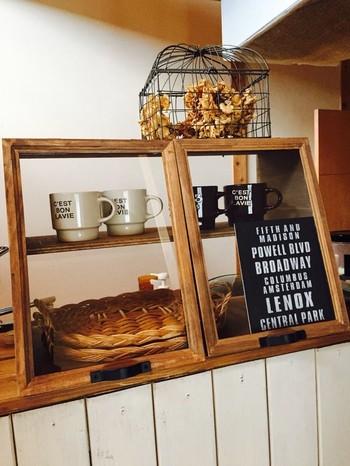 中身が一目で分かって便利なキッチンカウンターカフェショーケース。マグカップの収納やクッキーなどの焼き菓子を入れたり、カフェやパン屋さん気分でディスプレイを楽しめそうですね!