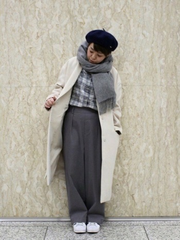 ロング丈のコートでシャツとパンツをつないだI字のシルエットが新鮮。小物もすべてモノトーンのアイテムをセレクトして、シックにまとめています。