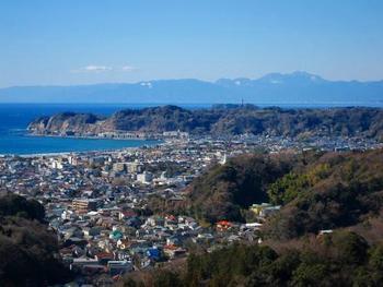 """【画像は「衣張山」から見下ろした鎌倉市街。三方を山に囲まれ、海に接する""""鎌倉""""ならではの眺めです。】"""