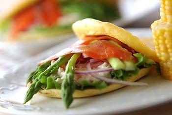 朝食によく登場するヨーグルトは、パンケーキの生地に混ぜ込んで食べる方法もあります。スモークサーモンにレタスやアスパラなどの野菜を彩り良く挟んだパンケーキサンド♪