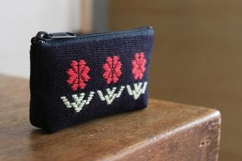 お花のモチーフのポーチ。ふっくらとした糸の質感は手に持った感じも暖かく、しっかりとしたポーチ地になってくれます。