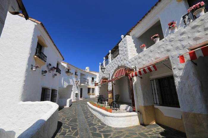 三重県の伊勢志摩半島の豊かな自然の中に突然現れる、スペインの雰囲気漂うリゾート宿泊施設「志摩地中海村」。