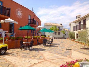 10,000坪ほどの広大な敷地にヴィラスタイルの客室やレストラン、カフェなどが点在し、スペインの雰囲気を満喫できるそう。