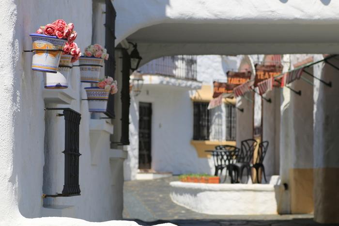 志摩地中海村には、石積みの窓など山岳的な印象の「カスティーリャの街」、地中海の島をイメージした「サルジニアの街」、そして情熱の国スペインを象徴する「アンダルシアの街」と、3つの街があります。