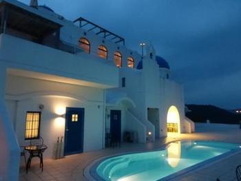 夜にはライトアップされた幻想的な光景が広がり、ロマンチックなエーゲ海リゾートの雰囲気が楽しめます。