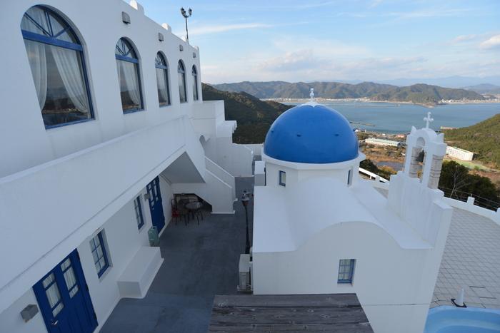 まぶしいほどの白亜の外観とギリシャ風の客室は、日本にいながらもエーゲ海の風を感じさせてくれます。