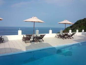 ヴィラサントリーニには、太平洋を一望する美しいプールもあり、またレストランでは本格的なギリシャ料理も堪能できます。