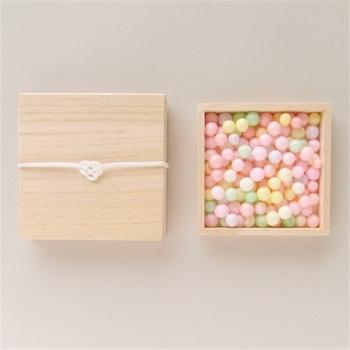 香川県で嫁入りの際に使用される伝統菓子「おいり」。あられの一種で、ピンクや黄色、緑などカラフルな色合いが特徴的。桐箱入りなので、おめでたい日の贈り物にもピッタリ。ほんのり甘いおいりは、そのまま頂くのはもちろん、アイスクリームのトッピングにしても可愛いですよ♡