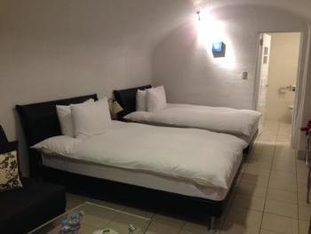 客室は、サントリーニ島伝統の建築様式(洞窟型)にこだわっています。露天風呂付きの客室もありますので、海を眺めながらリゾート気分のバスタイムを楽しむこともできます。