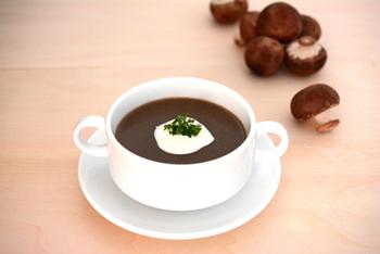 香ばしく焙煎した自慢のほうじ茶と、同じく香りに特徴のあるマッシュルームを組み合わせた一杯。粗挽きしたほうじ茶が食感のアクセントになっています。
