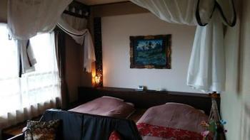 バリ島直輸入の天蓋付きベッドなど、異国情緒あふれるバリの調度品にかこまれて過ごすことができる客室。
