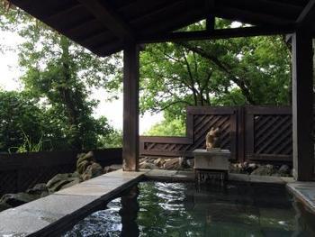 アンダリゾート伊豆高原は、バリの雰囲気が楽しめるのはもちろん、伊豆なので温泉も充実。その数なんど10桶!竹林のバリ小屋という貸切露天風呂などバリ風の温泉も楽しめます。