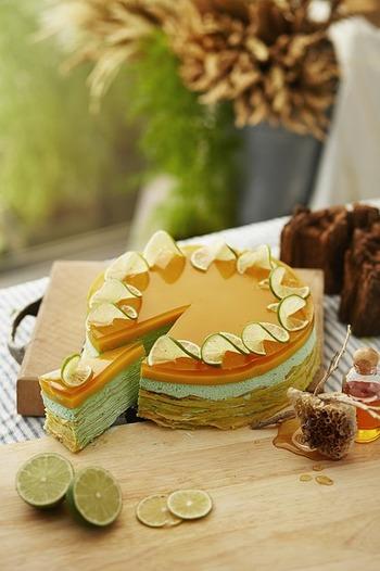 こちらのケーキのように高さのあるパーツを円の外側に均等に配置した場合は、中央は飾り過ぎずシンプルにとどめておいた方がすっきりした見た目に。また、切り分ける時にはパーツを目安にできるので便利なうえ、1ピースずつに分けた後もカットケーキとして見映えがしますね。