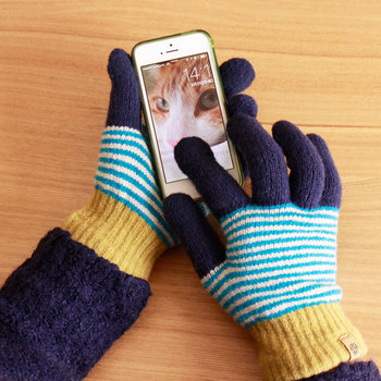 スマートフォン対応なので、手袋を嵌めたまま操作が出来るところもポイント高いですね。日本製で柔らかな肌触りの裏起毛を使用。手首まで包んでくれるので、寒い日でもあったかく過ごせます。