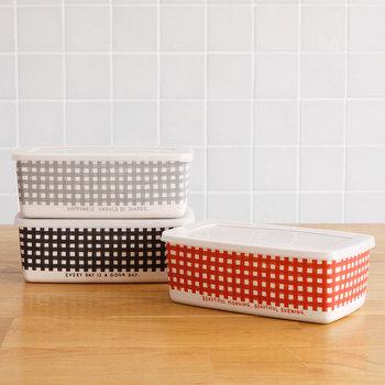 こちらはイラストレーター小池ふみさんデザインのランチボックス。カラーは、レッド、グレー、ブラックの全3色。シンプルなデザインでありながら、ちょっぴりガーリーなギンガムチェックが可愛いですね。それぞれのカラー毎に、素敵なメッセージも書かれています。