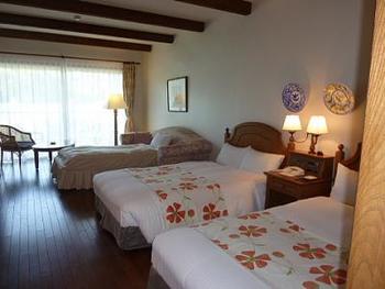 お部屋のタイプは多種多様で、なかには愛犬と泊まれるお部屋も。写真は、一戸ずつ独立したメゾネットスタイルの「ヴィラ」。テラスや専用庭もあり、2つのベッドルームとミニキッチンが完備されています。