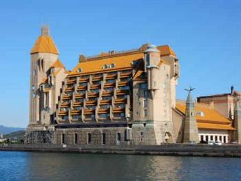 まるで海外の古城のようにたたずむ「白浜温泉 ホテル川久」。ホテル全体が世界の一流職人の匠の技を集結して作られており、美術館で過ごすような非日常空間が楽しめます。