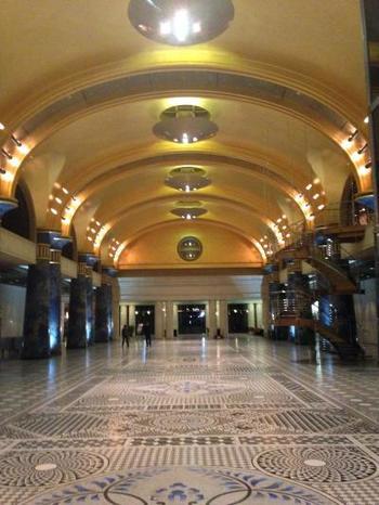 エントランスホールは、まさに宮殿。丸天井には、陽が当たったときに最も美しく見えるように22.5金の金箔が貼りめぐらされ、24本ある柱はウィーンのオペラハウスなどにも使われた「シュトックマルモ」という特殊技法が施されているとか。
