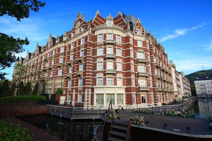 オランダの街並みを再現した長崎県佐世保市にあるテーマパーク「ハウステンボス」の一角にある「ホテルヨーロッパ」。