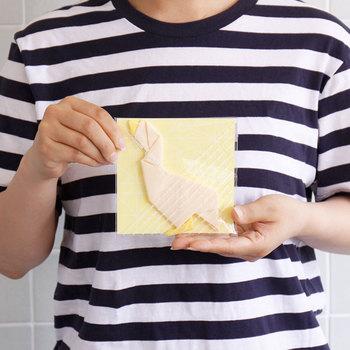 形状記憶する布を使用しているので、何度使っても元通り。ユーモアがあって、メガネ愛用者に喜ばれそうなアイテムですね。シンプルなパッケージなので、プレゼントにもオススメです。