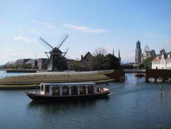 ホテルヨーロッパ宿泊者専用クルーズが運航されているので、ハウステンボスを流れる運河からクルーザーでチェックインできます。(定員あり)。ロビーでは、つねにあふれんばかりの季節の花々が旅人を出迎え、優雅な生演奏なども行われます。