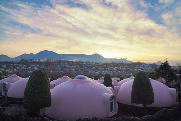 「阿蘇ファームヴィレッジ」は阿蘇ファームランドの宿泊施設で、モンゴルのゲルのようなまあるい建物が建ち並ぶ光景に驚かされます。阿蘇ファームランドには、男湯女湯ともに1,000坪を超える火山温泉やふれあい動物王国など多くの施設があります。