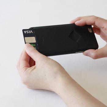 出張や移動が多い人にはピッタリの、ICカードやチケットが入るポケット付き。使う人想いの機能性も、プラスのポイント!クレジットカードを入れても。 親指ですっとカードを取り出すことができるので、お会計の時にあわわ...ということもありません。