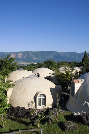 おとぎ話に登場しそうなドーム型の可愛らしい宿泊施設が並ぶ「阿蘇ファームビレッジ」。大人の落ち着いたリゾートも素敵ですが、たまにはお友達同士で探検気分を味わいながら宿泊するのも楽しそうですね。