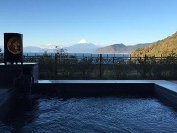 静岡県にある「富岳群青(ふがくぐんじょう)」は、世界遺産・富士山を臨むことができる、全室にオーシャンビューの露天風呂が付いた贅沢な温泉リゾート。1日8組だけが宿泊できるスイートは、130㎡の広さのラグジュアリーな空間。1室ごとに異なる意匠が施されています。