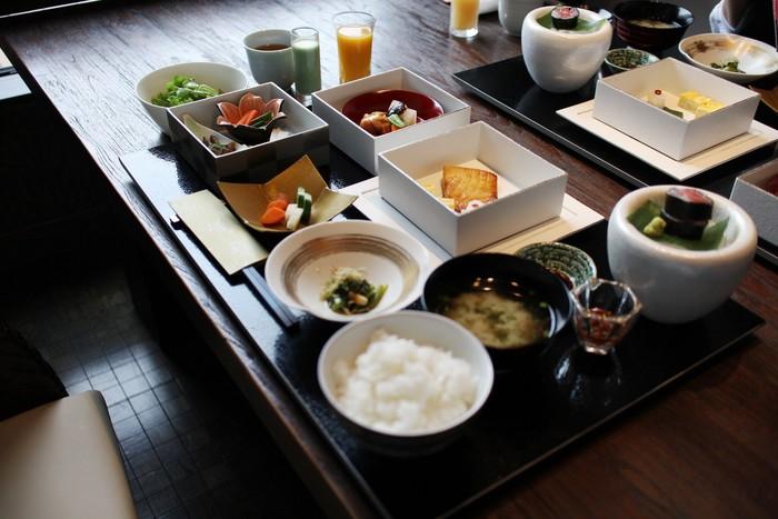 富岳とは、富士山の別名。群青とは、青くたゆとう海。壮大な眺望を楽しみながらのお食事も素敵ですね。大自然の中に建つ、美術館のようなたたずまいのお宿です。
