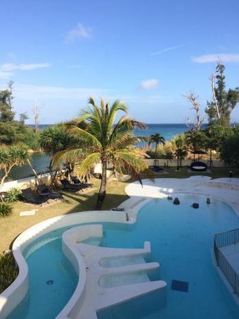"""沖縄本島恩納村にある「ラ・カーサ・パナシア・オキナワ・リゾート」は、8室のみの静かなホテル。""""沖縄にあるもうひとつつのお家""""のようにくつろいでほしいとの思いが込められています。"""