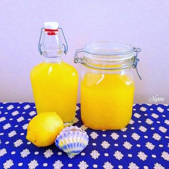 ノンワックスのレモンが手に入ったら、ぜひ仕込みたい自家製リモンチェッロ。少々手間はかかりますが、香り豊かで爽やかなその風味は、しあわせな気持ちを運んできてくれそうです。
