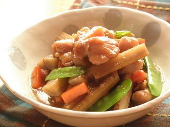 鶏むね肉は和食にも大活躍! ごぼうや人参入りの煮物は、食物繊維をたっぷり摂取出来るのも嬉しい。野菜の旨みも染み込んで、ホッとする味わいです。