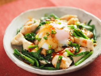 食欲のない日におすすめなのが、こちら! しっとりと茹でた鶏むね肉に、コチュジャンの効いたユッケタレとトロトロの黄身を絡めて。ねぎもたっぷり、スタミナアップ料理です!